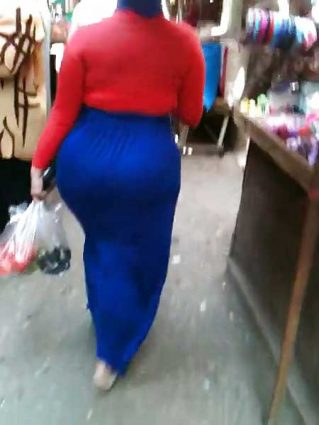 Market me aunty ki hot muslim gaand dekhi