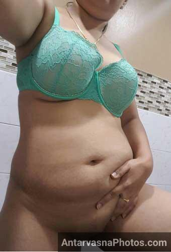 Apni chut ko khujati hui desi Indian mummy ke gande photos