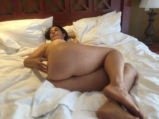 Sexy wife nude ho gai aur bed ke upar let gai