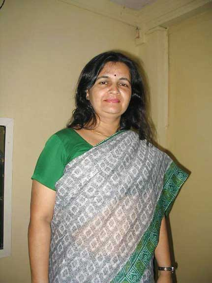 Bank manager aunty ka hot badan saree ke andar