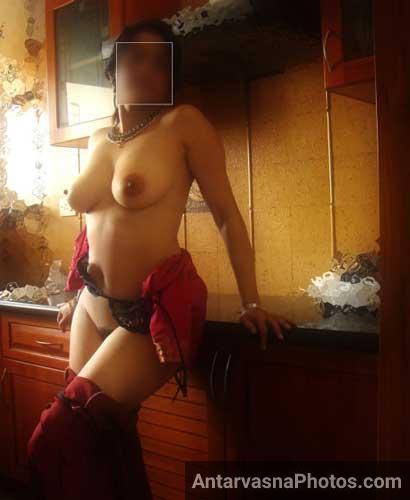 Kitchen me nangi khadi hui sexy aurat Mrs Chawla ki desi porn gallery