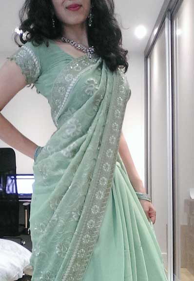 Hot maal Neha apni light green saree me itra rahi he