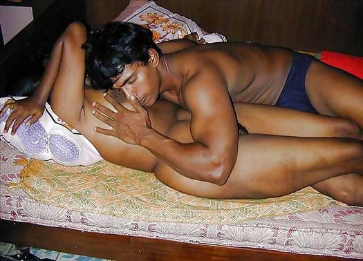 Hot mallu bhabhi ke sath romance kiya - Desi porn pics