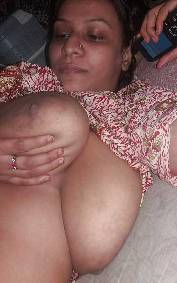 Housewife ne apne bade boobs khol ke dikhaye