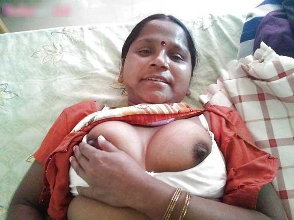 Malti ne apni bra khol ke chuchiya dikhai - Bihari kamwali aunty ke pics