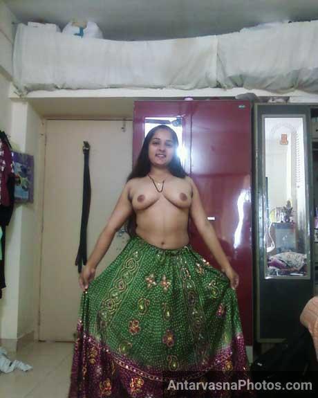 Mangla bhabhi ne apni chuchiya kholi