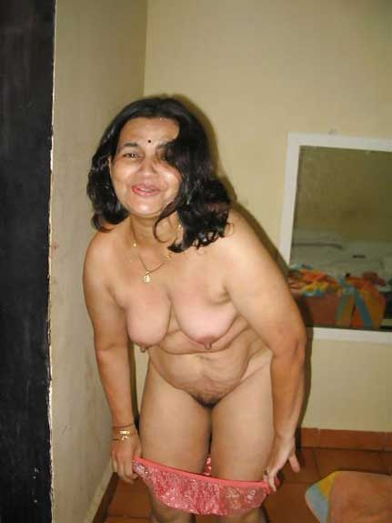 Mature aunty ne apne kapde khole aur chut dikhai