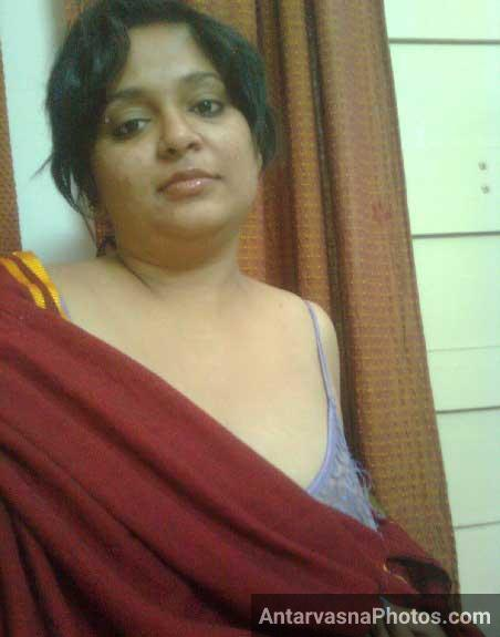 Mature Indian bhabhi ke badan par pahle to kapde the