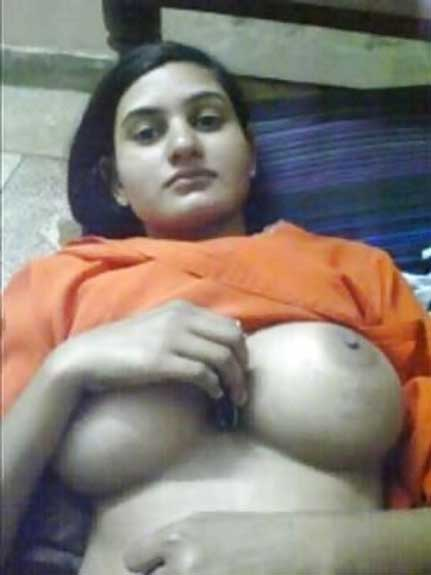 Nangi ladki ne boobs khole policewale ke lie