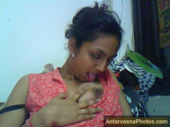 Punjabi desi girl ne apne boobs ko lick kiya