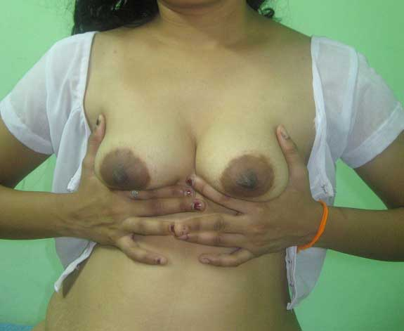 Sandhya bhabhi apne bade Indian boobs daba rahi he