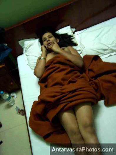 Solapur ki sasti randi Mumbai ki hotel ke bistar me nangi hui - Indian sex photos