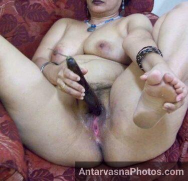 Began se pyasi Indian chut ko sahlane lagi aunty ji - Masturbation photos