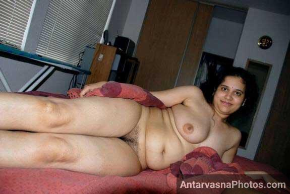 Bistar me nangi bhabhi ki hairy chut aur bade boobs ke Indian porn photos
