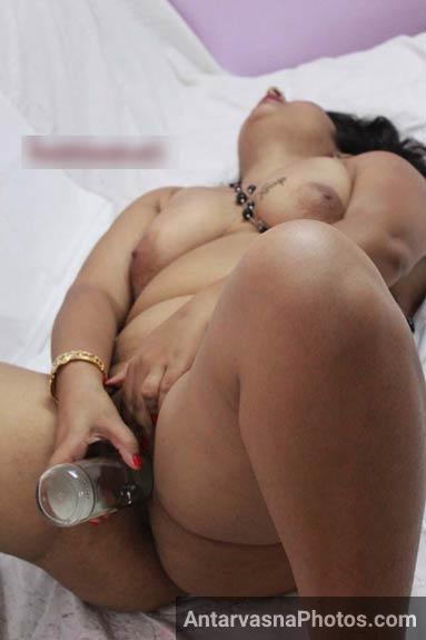 Stuti bhabhi ne apni badi chut me beer ki bottle le li