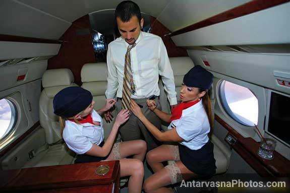 Do hot airhostess ne Andrew ke lund ko pant se bahar nikala
