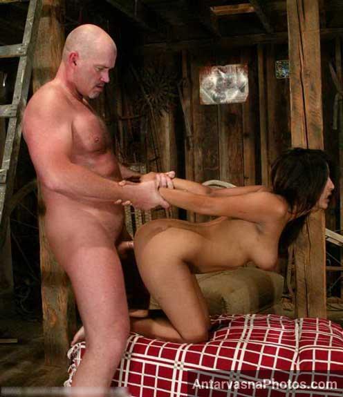 Бдсм в пустыне парень трахает рабынь