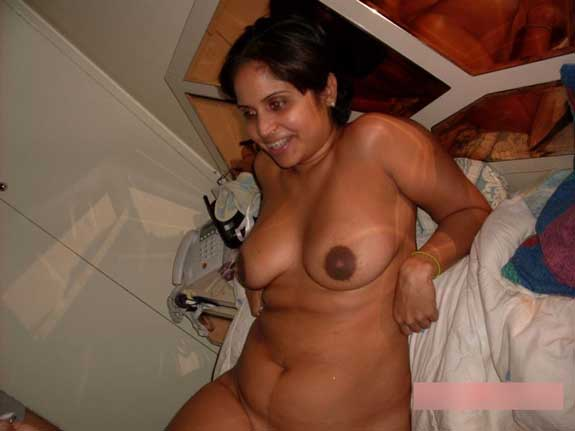 Jaya bed me apne big boobs khol ke leti hui he