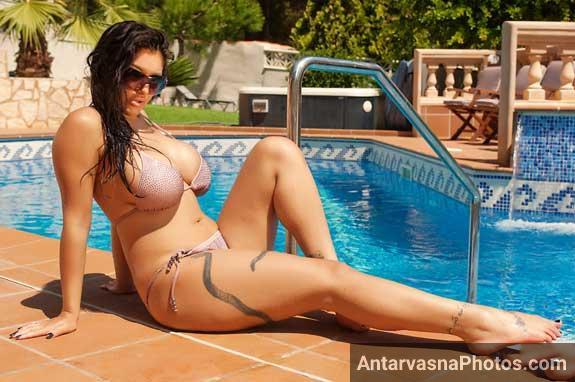 Leah Jaye swimming pool ke paas sexy pose me baithi he