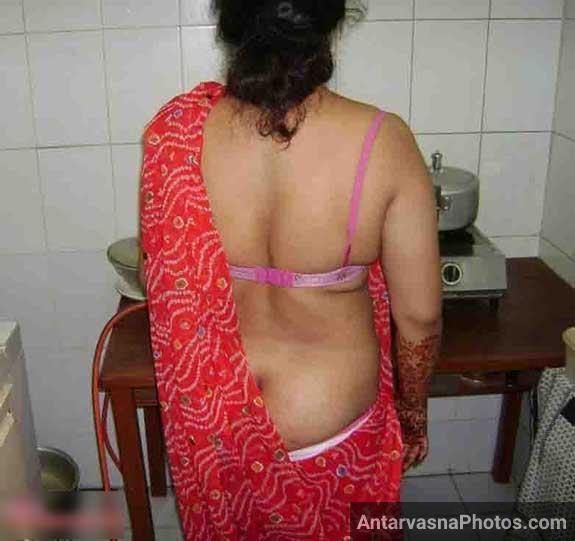 Kitchen ke andar mummy khadi ho gai apni saree aur petticoat ko niche kar ke