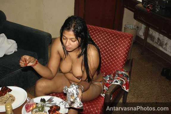 Apne boobs khol ke bhabhi khana kha rahi he - Savita bhabhi photos