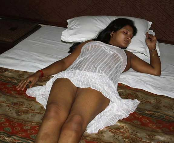 Nighty upar hui aur Savita bhabhi ki sexy jaangh dikhai di