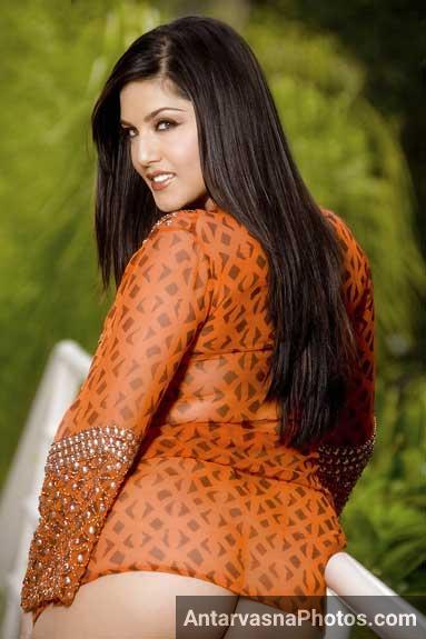 Sunny Leone apni badi gaand dikhate hue khadi ho gai garden me