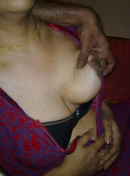 Aunty ke boobs pakad ke masal daale - Indian porn pics