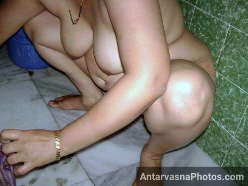 Chudai ke baad aunty bathroom me naha rahi he aur apni panty dho rahi he