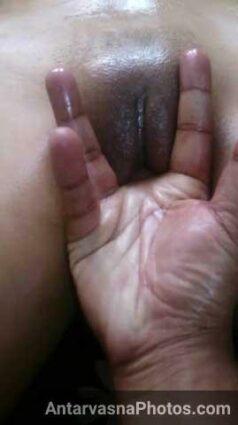 Chacha ne nude desi girl ke bur me ungli pel di
