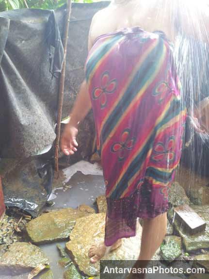 Open air nude bath kiya Roop bhabhi ne Upen ke samne