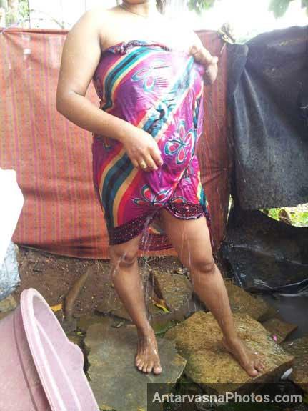 Saree lapet ke nanga nahati hui bhabhi ke pics