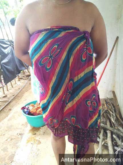Desi village bhabhi badan ko saree me lapet ke khadi he