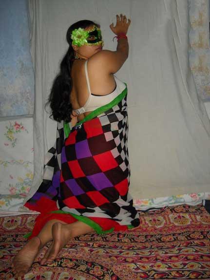 Saree me Velamma bhabhi ne pahle to apni gaand dikhai