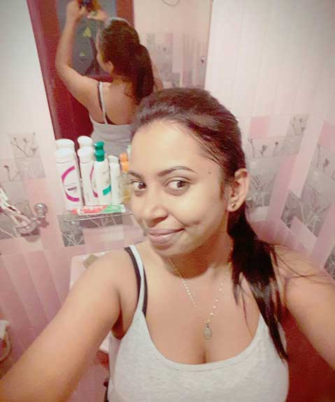Sexy aunty bathroom me apni selfies le rahi he