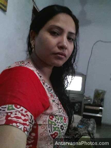 Sexy ass photo in blouse and petticoat   Dehati aunty ki