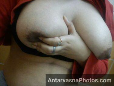 Sexy desi bhabhi apne bade Indian boobs se khel rahi he