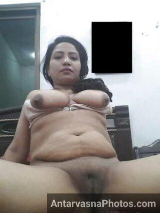 Chudasi aur sexy aunty Sharda ne apni nangi chut dikhai – Sex pics