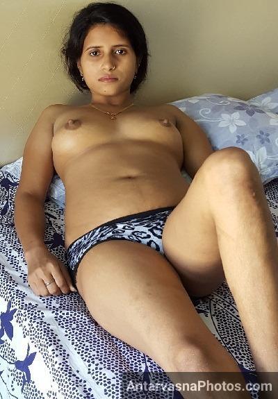 Bhabhi bed me leti hui apne desi tits khol ke dikha rahi he