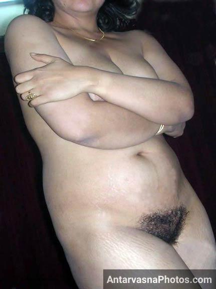 Horny Lahore bhabhi showing her naked chut