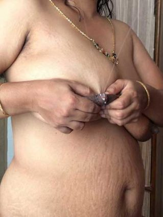Nude aunty ne apni chuchi se doodh nikala