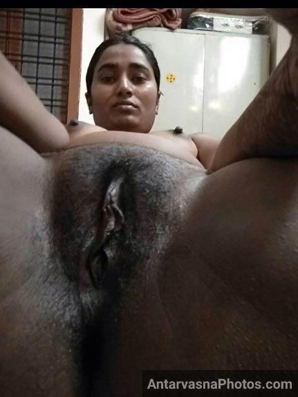 Desi bhabhi hot pics me apni desi chut dikha rahi he