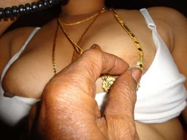 Aunty ki chuchiya maslal di uske lover ne
