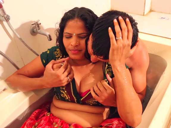 Dewarr ne cheating bhabhi ko bathroom me dabocha