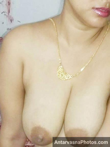 Sumona ne apne boobs khole