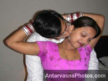 Indian couple hot mood me dikhai de raha he