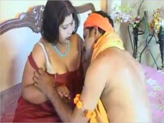 Desi boobs har wakt chusa mangte the aunty ko Swami ji ne