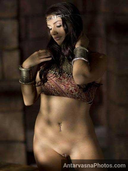 nude Indian girl ki cleanshaved chut ka photo