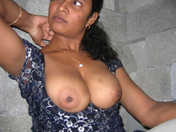 Indian aunty masti ke sath boobs dikha rahi he