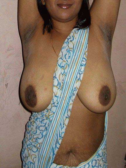 Indian boobs dikha rahi he